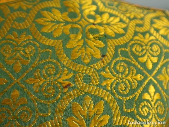 Antigüedades: Dos dalmáticas confeccionadas en seda color verde y damascos en hilo de seda dorado. Pps. S. XX. - Foto 13 - 156001494