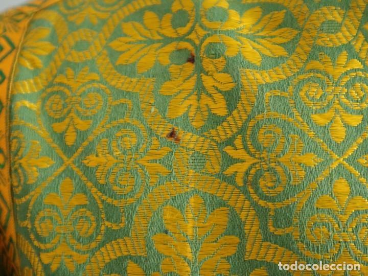 Antigüedades: Dos dalmáticas confeccionadas en seda color verde y damascos en hilo de seda dorado. Pps. S. XX. - Foto 14 - 156001494