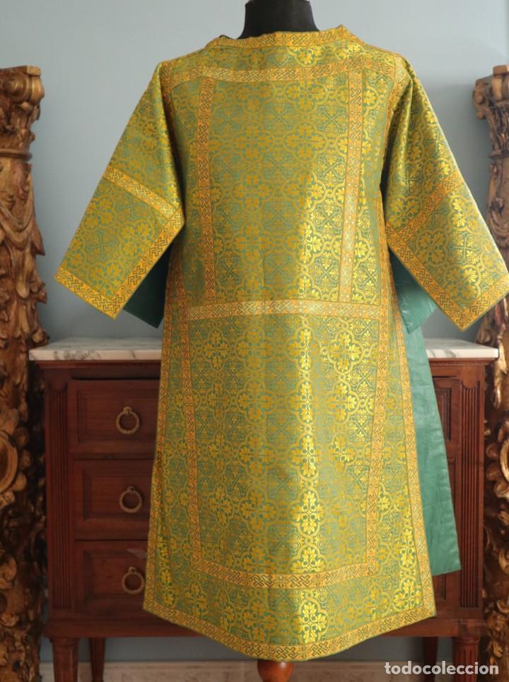 Antigüedades: Dos dalmáticas confeccionadas en seda color verde y damascos en hilo de seda dorado. Pps. S. XX. - Foto 15 - 156001494
