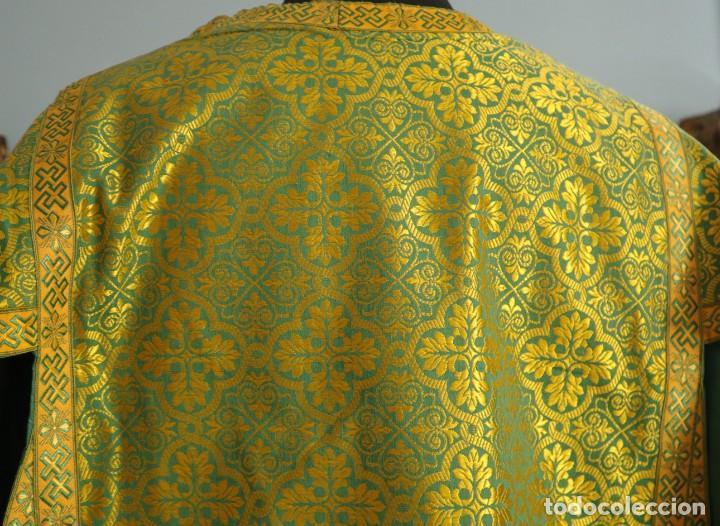 Antigüedades: Dos dalmáticas confeccionadas en seda color verde y damascos en hilo de seda dorado. Pps. S. XX. - Foto 19 - 156001494