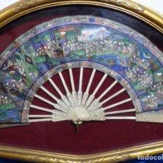 Antigüedades: ANTIGUO ABANICO CHINO CON BARILLAS DE MARFIL TALLADO Y 1000 CARAS.ENMARCADO.. Lote 222614110
