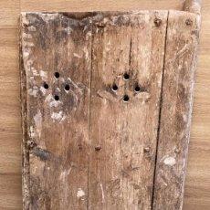 Antigüedades: PORTON PEQUEÑO MUY RUSTICO Y ANTIGUO DE BODEGA DE 144 CMS. DE ALTO X 69 DE ANCHO CON GATERA. Lote 222646492