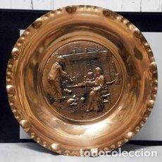 Antigüedades: PLATO DE METAL DECORATIVO CON RELIEVE PARA PARED ESCENA CASERA EN TORNO A LA CHIMENEA - PLATO-10. Lote 222649805