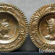 Antigüedades: PAREJA DE PLATOS DE METAL DECORATIVO CON RELIEVE PARA PARED - PLATO-12. Lote 222650861