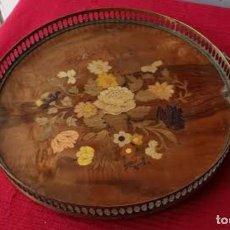Antigüedades: BANDEJA REDONDA DE COBRE O LATÓN, MADERA Y MARQUETERÍA. Lote 222682553