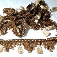 Antigüedades: PASAMANERIA DECORATIVA FLECOS AÑOS 80'S CORTINAS , DECORACION, MANTELES Y MAS ,1.9 MTS X 5.2 CMS. Lote 222734381