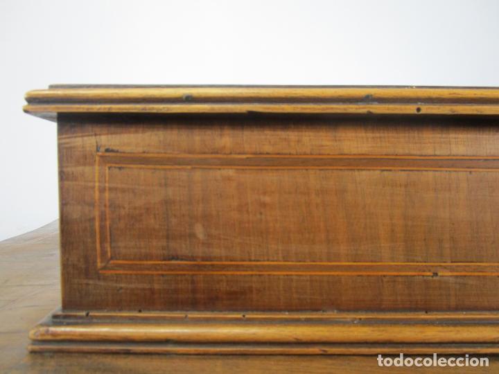 Antigüedades: Antigua Cómoda Catalana - Madera de Nogal y Marquetería - Tiradores de Bronce - S. XVIII - Foto 31 - 222734487