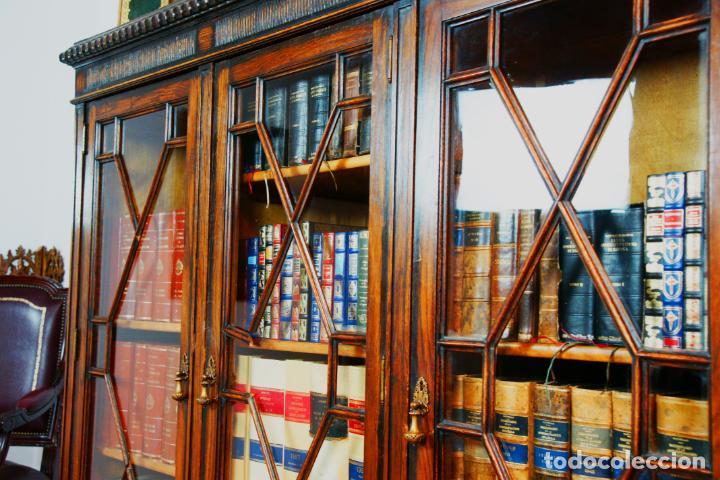 Antigüedades: Bella vitrina librería en madera noble. Cristales originales. 160 cm de alto x 173 cm de ancho. - Foto 12 - 222761766