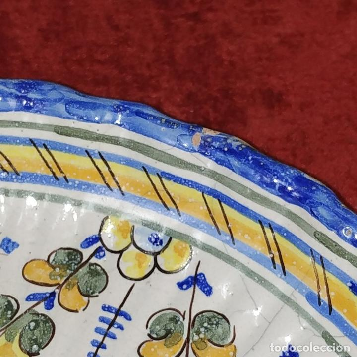Antigüedades: PLATO EN CERÁMICA ESMALTADA DE TALAVERA. NIVEIRO. ESPAÑA. SIGLO XX - Foto 3 - 222802362