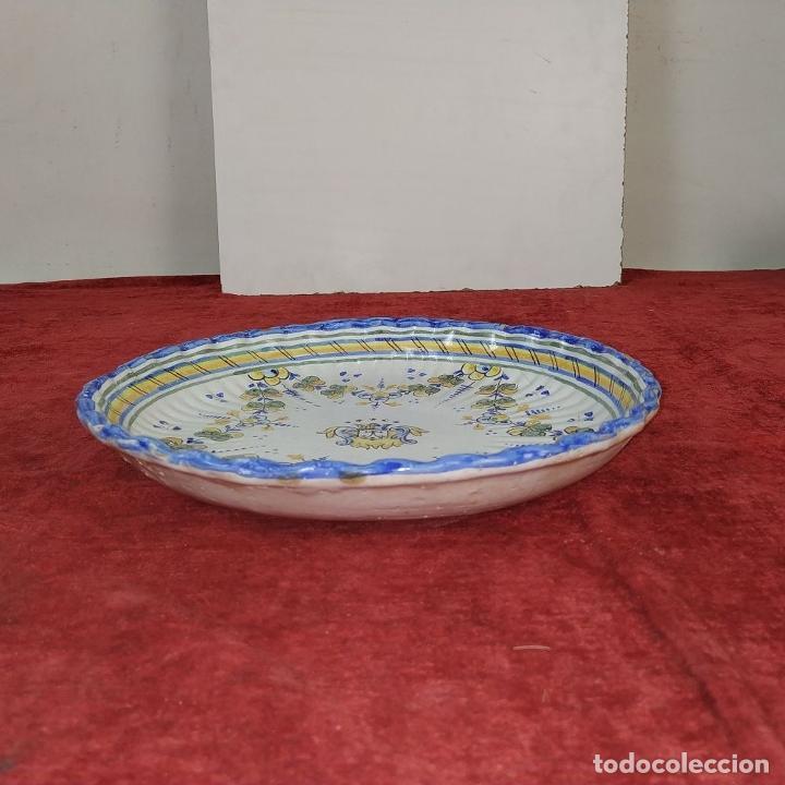 Antigüedades: PLATO EN CERÁMICA ESMALTADA DE TALAVERA. NIVEIRO. ESPAÑA. SIGLO XX - Foto 9 - 222802362