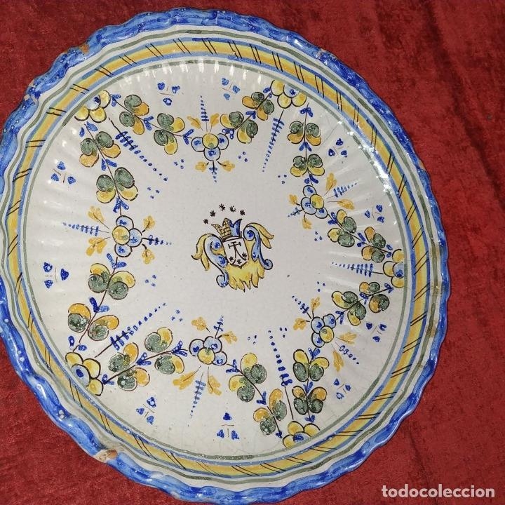 Antigüedades: PLATO EN CERÁMICA ESMALTADA DE TALAVERA. NIVEIRO. ESPAÑA. SIGLO XX - Foto 12 - 222802362