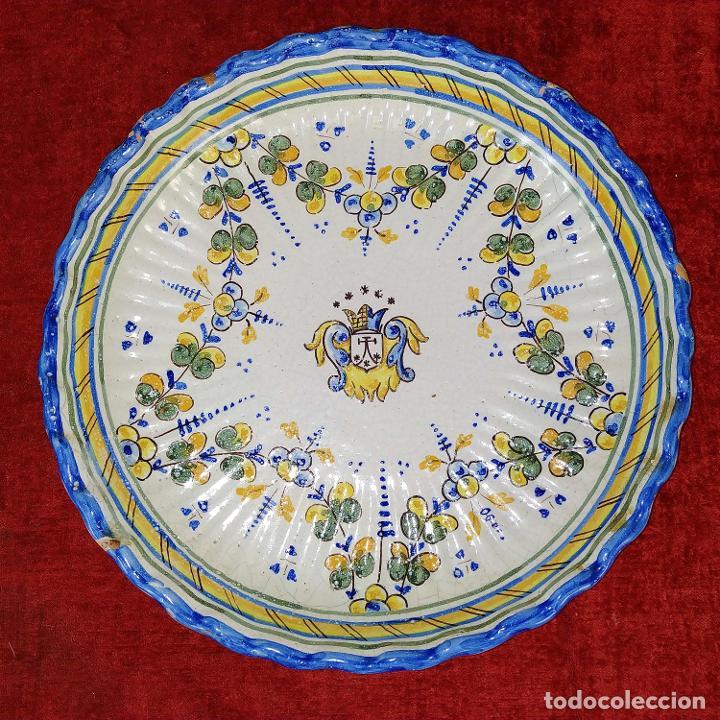 PLATO EN CERÁMICA ESMALTADA DE TALAVERA. NIVEIRO. ESPAÑA. SIGLO XX (Antigüedades - Porcelanas y Cerámicas - Talavera)