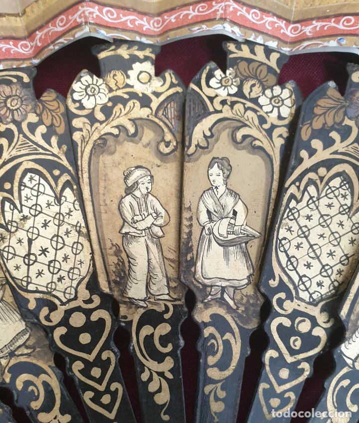 Antigüedades: MARAVILLOSO ABANICO ISBELINO, MADERA PINTADA TALLADA Y CALADA CON PAIS LITOGRAFIADO ILUMINADO,S. XIX - Foto 6 - 222809591
