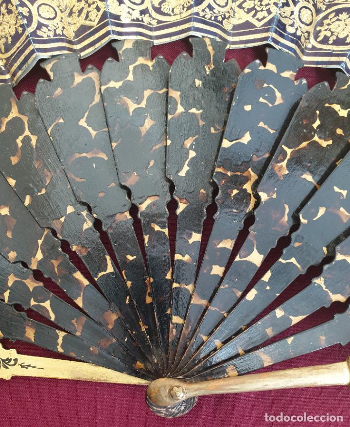 Antigüedades: MARAVILLOSO ABANICO ISBELINO, MADERA PINTADA TALLADA Y CALADA CON PAIS LITOGRAFIADO ILUMINADO,S. XIX - Foto 16 - 222809591