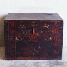Antigüedades: COFRE ANTIGUO DE MADERA CON CALIGRAFÍA CHINA (C.1860). Lote 222812948