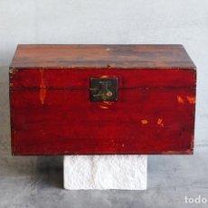 Antigüedades: COFRE DE MADERA ANTIGUO LACADO DE COLOR ROJO (C.1860). Lote 222815031