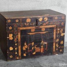 Antigüedades: BAÚL ANTIGUO DE MADERA CON ILUSTRACIONES DE MANDARINES (C.1840). Lote 222816053