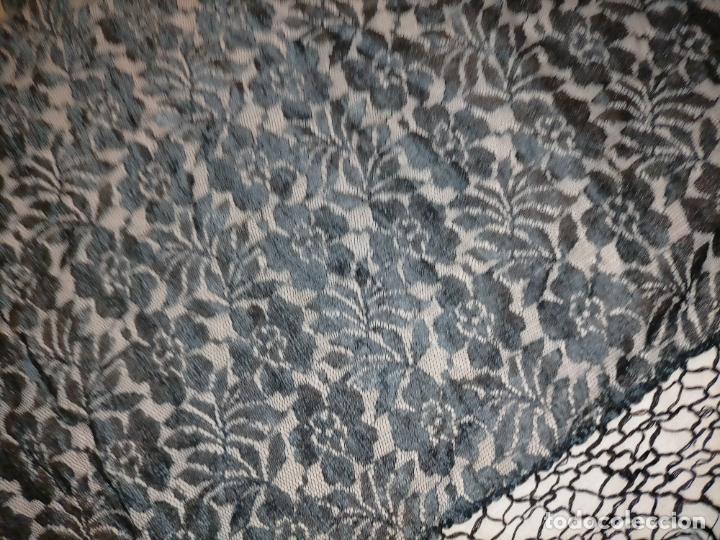 Antigüedades: manton pañuelo pañolon de tul de encaje negro 90 cm centro + 35 cm de enrejado y fleco - Foto 2 - 222837637