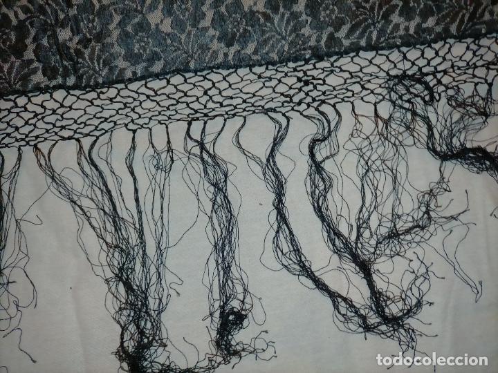 Antigüedades: manton pañuelo pañolon de tul de encaje negro 90 cm centro + 35 cm de enrejado y fleco - Foto 4 - 222837637