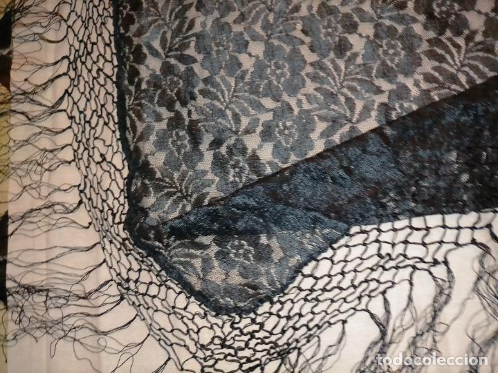 Antigüedades: manton pañuelo pañolon de tul de encaje negro 90 cm centro + 35 cm de enrejado y fleco - Foto 9 - 222837637
