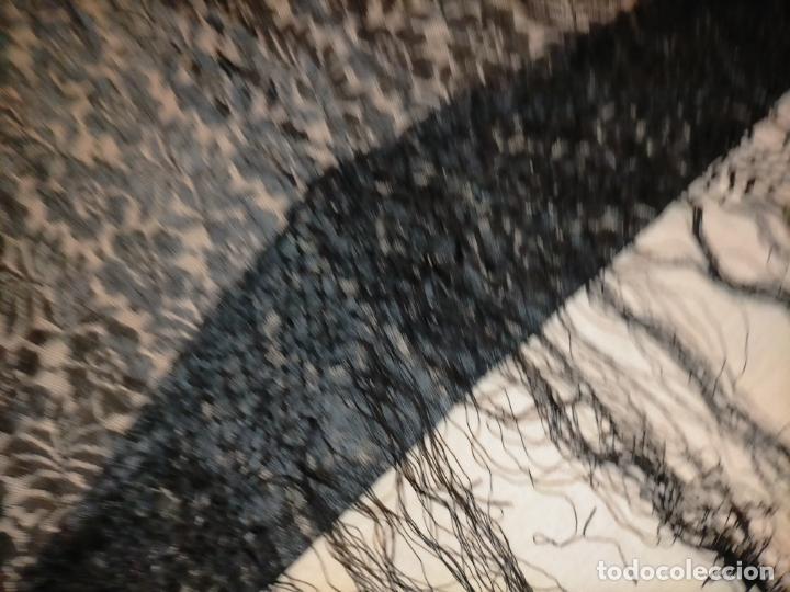 Antigüedades: manton pañuelo pañolon de tul de encaje negro 90 cm centro + 35 cm de enrejado y fleco - Foto 12 - 222837637