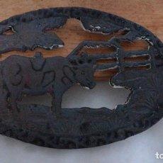 Antigüedades: ANTIGUO SALVAMANTELES HIERRO FORJADO, FIGURA TORO. Lote 222838520