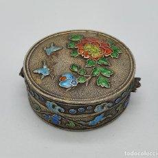 Antigüedades: BELLA CAJITA ANTIGUA CHINA EN PLATA DE LEY CON MOTIVOS EN RELIEVE PARCIALMENTE ESMALTADOS .. Lote 222868090
