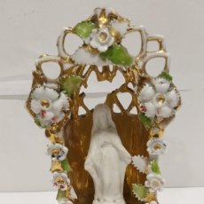 Antigüedades: VIRGEN BISCUIT ANTIGUA BENDITERA CAPILLA DE PORCELANA RODEADA FLORES S XIX. Lote 222889005