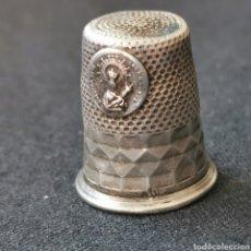 Antigüedades: DEDAL DE PLATA VINTAGE, CON CONTRASTE. NUESTRA SEÑORA DE LOS MILAGROS. 4,4G / 23X19,5MM. Lote 222893815