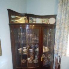 Antigüedades: PRECIOSA VITRINA DE ESQUINA EN MADERA DE CAOBA CIRCA 1920. Lote 222950951