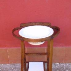 Antigüedades: ANTIGUO LAVABO DE MADERA, CON ZAFA DE CERÁMICA CON SELLO ILEGIBLE. TOTALMENTE RESTAURADO.. Lote 223010046