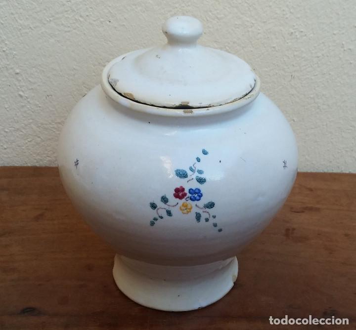 ANTIGUO BOTE, TARRO O POTE DE CERÁMICA ESMALTADA ALCORA, DECORACIÓN RAMITO, LENTEJAS. (Antigüedades - Porcelanas y Cerámicas - Alcora)
