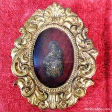 Antigüedades: VIRGEN CON NIÑO, ENMARCADA EN METAL CHAPADO EN PLATA. ESPAÑA. SI GLO XIX-XX. Lote 223104327