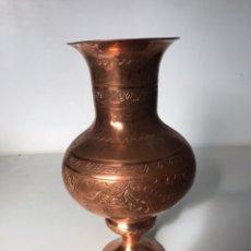 Antigüedades: JARRÓN DE BRONCE CON GRABADOS. Lote 223208885