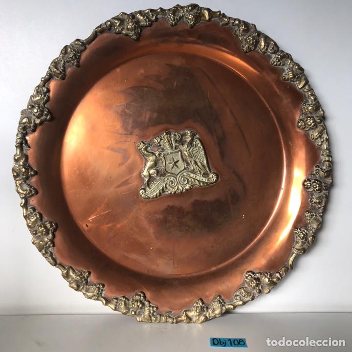 PLATO DE BRONCE CON ESCUDO (Antigüedades - Hogar y Decoración - Platos Antiguos)