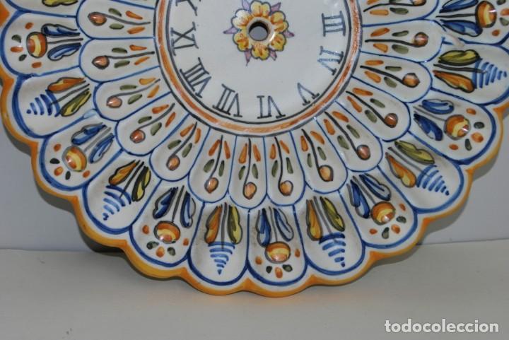 Antigüedades: PLATO DE CERÁMICA PARA RELOJ - NIAVE TALAVERA - AÑOS 70 - 30 CM. - Foto 4 - 223231760