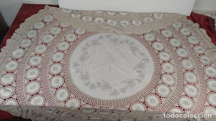 Antigüedades: MANTELERIA CIRCULAR DE 6 SERVICIOS. ALGODÓN. BORDADOS. ENCAJES. ESPAÑA. CIRCA 1950 - Foto 2 - 223324017