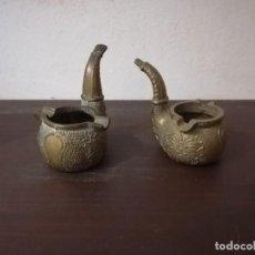 Antigüedades: PAREJA DE CENICEROS DE BRONCE MACIZO EN FORMA DE PIPA DE ESPUMA. ESPAÑA. MEDIADOS SXX. Lote 217828721