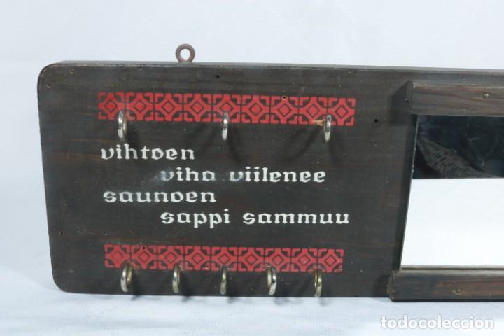Antigüedades: Precioso llavero con espejo artesanal de origen finlandés - Foto 2 - 223388425