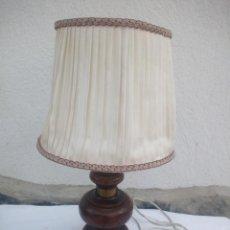Antigüedades: ANTIGUA LAMPARA DE SOBREMESA DE MADERA ,TULIPA DE TEJIDO COLOR MARFIL. Lote 223400952