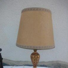 Antigüedades: ANTIGUA LAMPARA DE SOBREMESA DE MADERA TALLADA Y PINTADA EN DORADO,TULIPA DE TEJIDO PIEL COLOR BEIGE. Lote 223401193