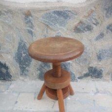 Antigüedades: ANTIGUA BANQUETA DE MADERA MACIZA ,SUBE Y BAJA POR MECANISMO MANUAL,ROSCA.. Lote 223402790