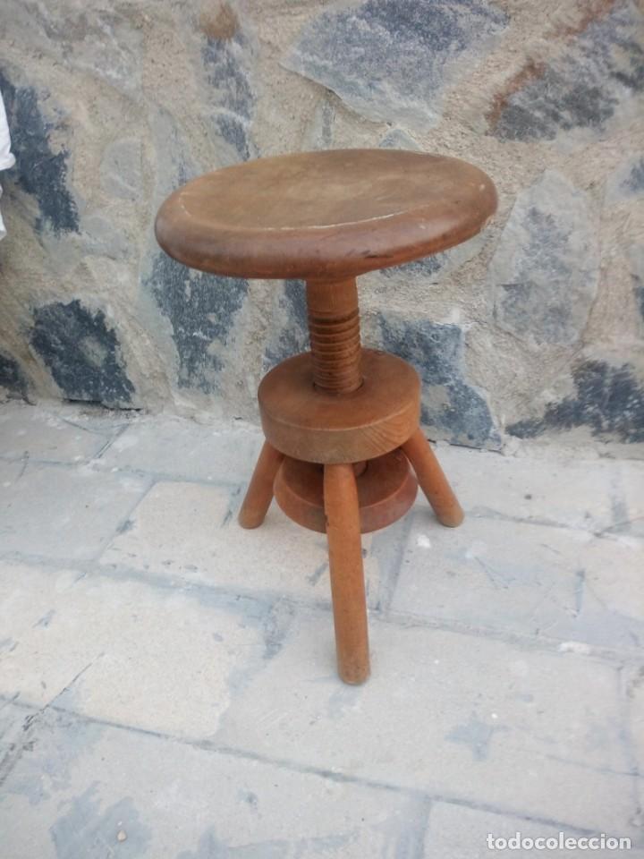 Antigüedades: Antigua banqueta de madera maciza ,sube y baja por mecanismo manual,rosca. - Foto 2 - 223402790