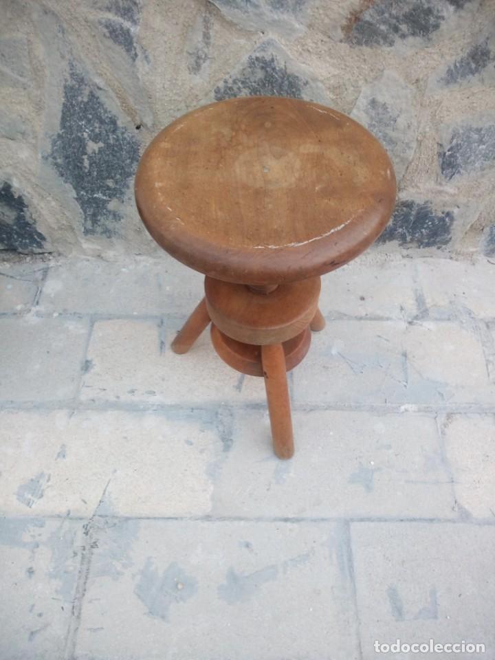 Antigüedades: Antigua banqueta de madera maciza ,sube y baja por mecanismo manual,rosca. - Foto 3 - 223402790