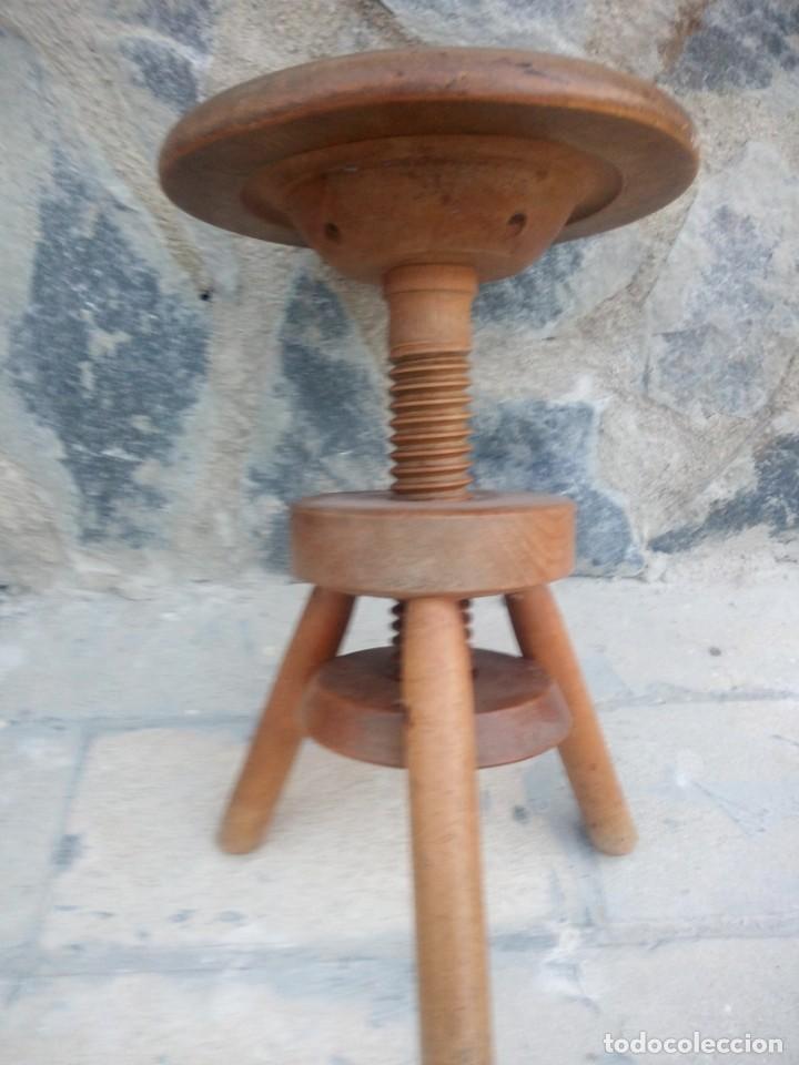Antigüedades: Antigua banqueta de madera maciza ,sube y baja por mecanismo manual,rosca. - Foto 5 - 223402790