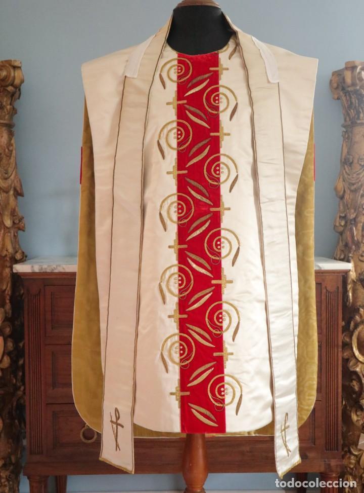 Antigüedades: Casulla confeccionada en seda bordada y terciopelo. med. S. XX. - Foto 2 - 223412712