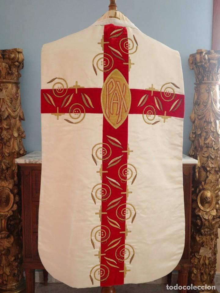 Antigüedades: Casulla confeccionada en seda bordada y terciopelo. med. S. XX. - Foto 3 - 223412712
