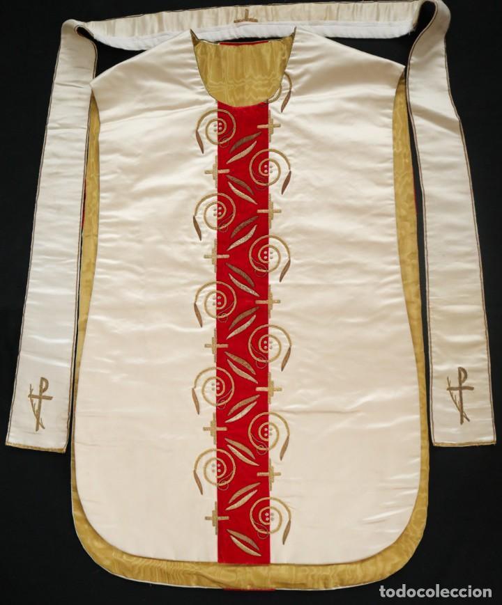 Antigüedades: Casulla confeccionada en seda bordada y terciopelo. med. S. XX. - Foto 4 - 223412712