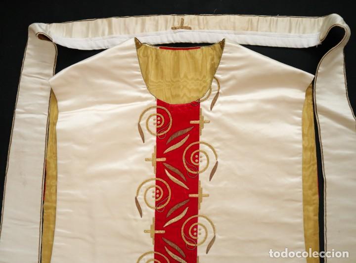 Antigüedades: Casulla confeccionada en seda bordada y terciopelo. med. S. XX. - Foto 5 - 223412712