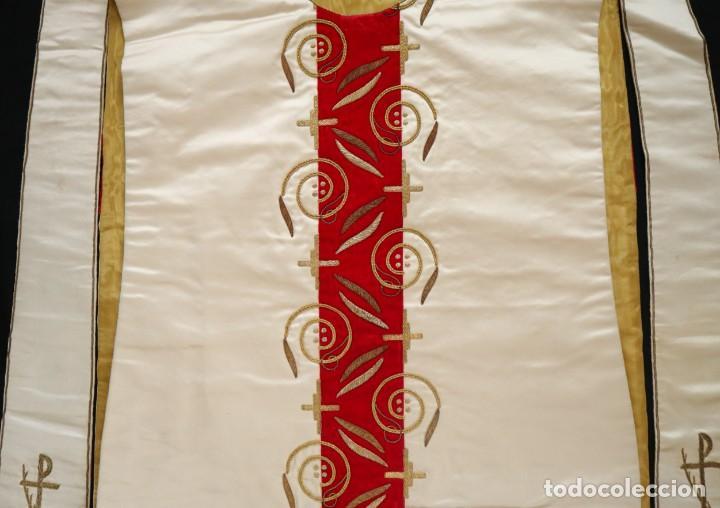Antigüedades: Casulla confeccionada en seda bordada y terciopelo. med. S. XX. - Foto 6 - 223412712